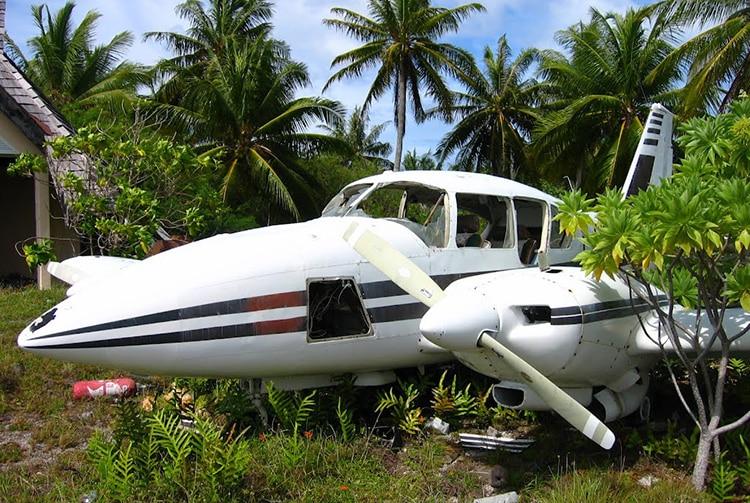 Epave d'avion sur l'ancien piste d'aviation de l'atoll de Arutua. Photo Mermoz