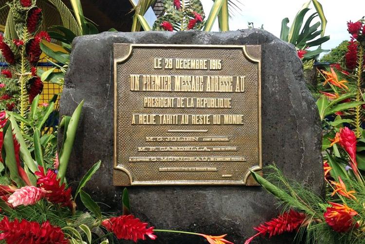 Stèle commémorative du premier message sans fil, devant l'office des Postes de Mahina