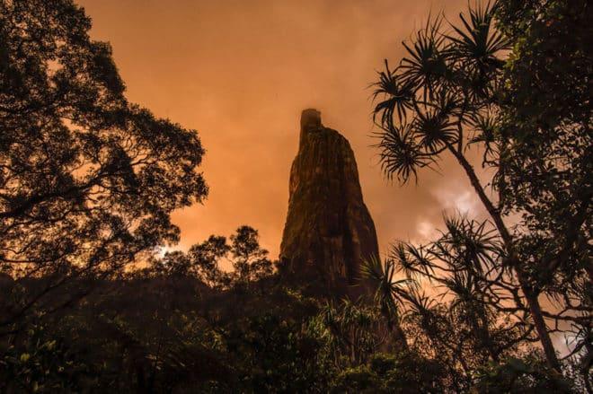 Poumaka, la tour orange au coucher du soleil. Photo Andy Mann